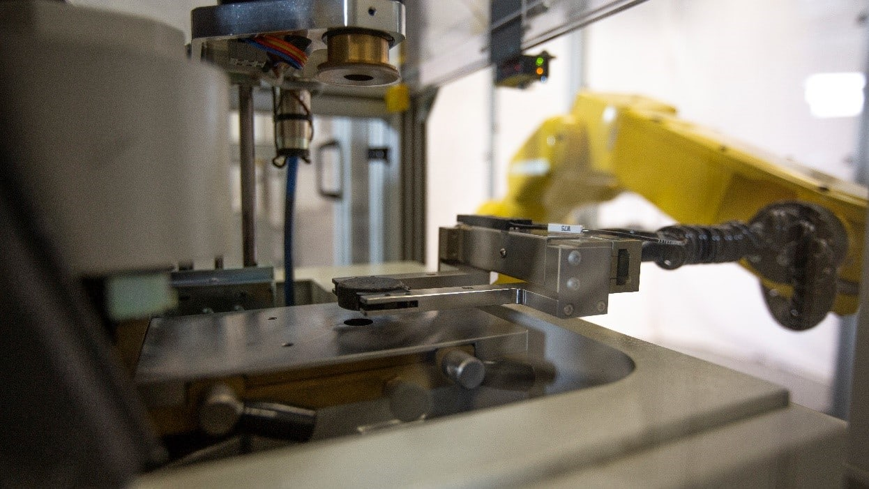 The ARL SMS-3300 robot quickly moves samples, streamlining industrial quality control